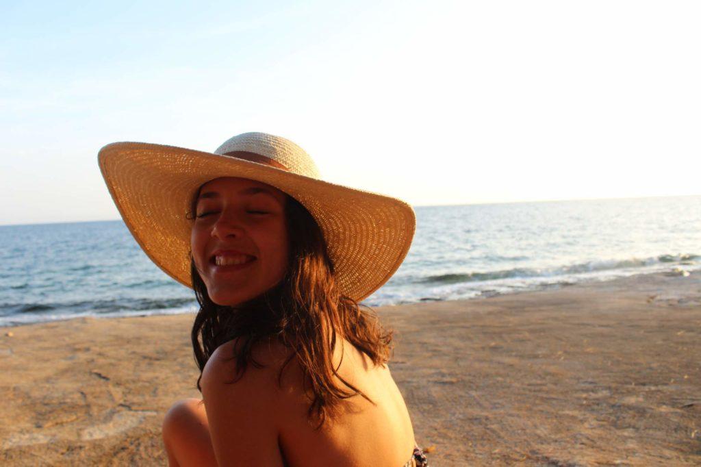 Dívka v klobouku, moře, Chorvatsko